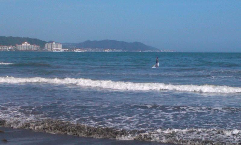 海の写真も暑く見えるなぁ